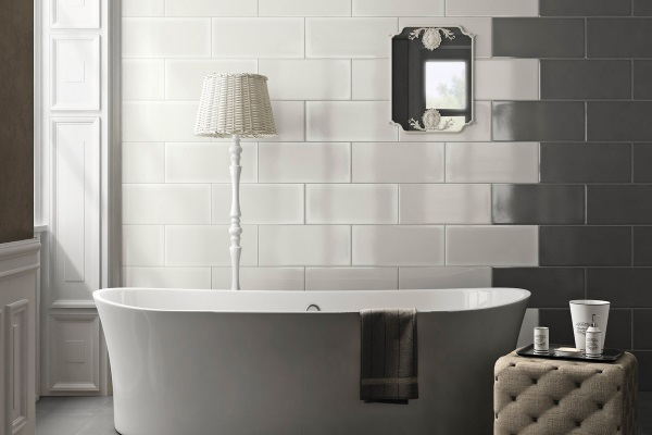 Faianta alb - negru cu cada de baie freestanding