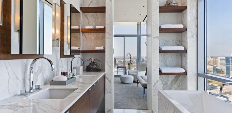Baie moderna eleganta cu placari din marmura