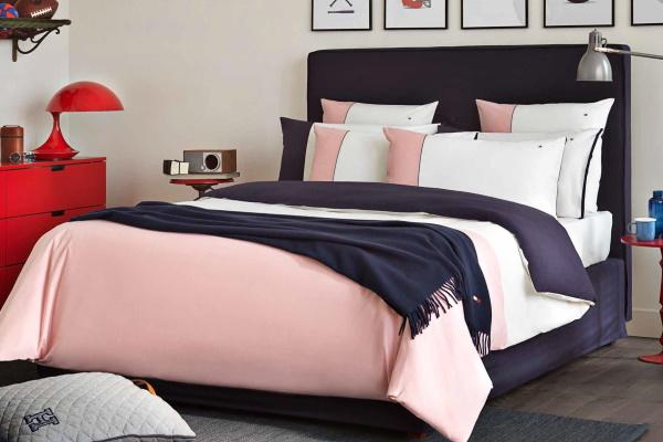 Dormitor pentru tineri cu lenjerie de pat Tommy Hilfiger alb cu roz