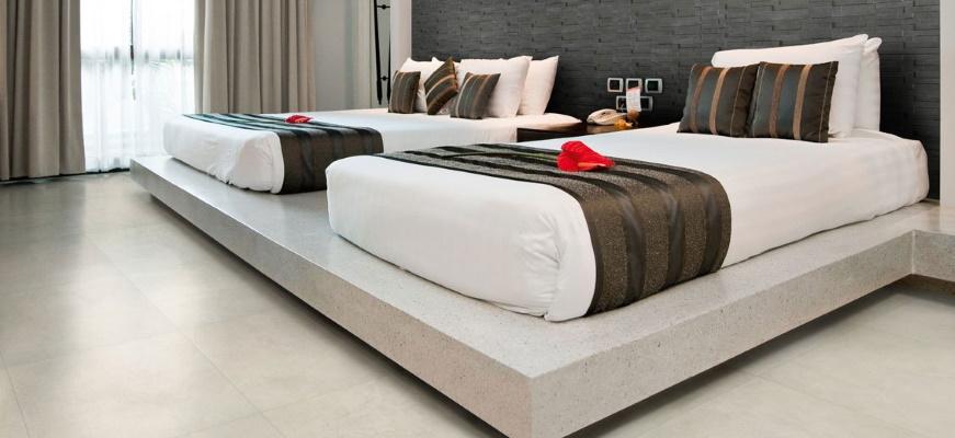 Dormitor modern cu lenjerie de pat alba