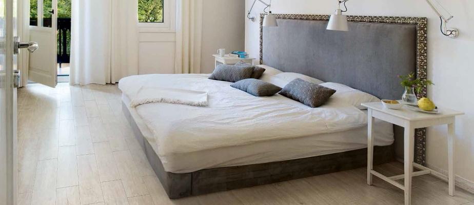 Dormitor clasic cu lenjerie de pat alba