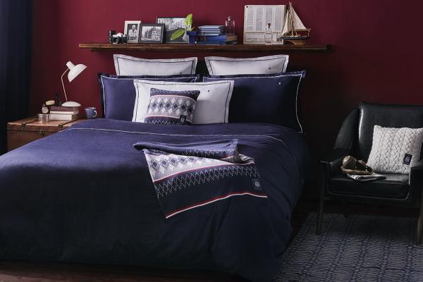 Dormitor cu lenjerie de pat albastru navy Tommy Hilfiger