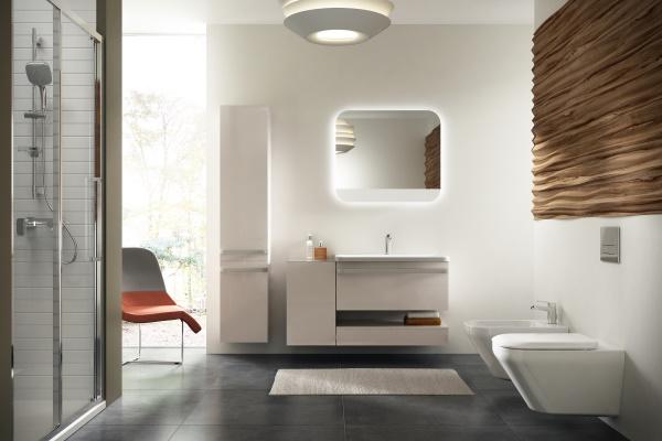 Baie moderna cu mobilier si vas WC suspendat Ideal Standard