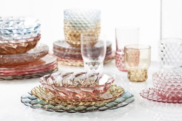 Farfurii transparente colorate design Patricia Urquiola pentru Kartell