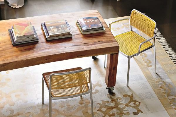 Scaun si masa pentru living cu design eclectic.