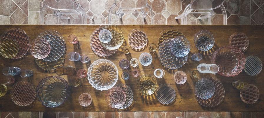 Aranjament masa modern cu farfurii Kartell Jellies