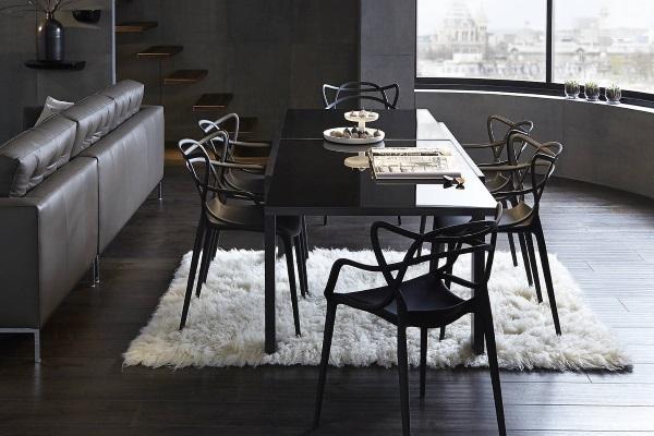 Living open space cu scaune Kartell Masters de Philippe Starck
