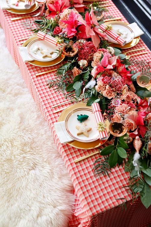 Masa de sarbatoare in tonuri rosii