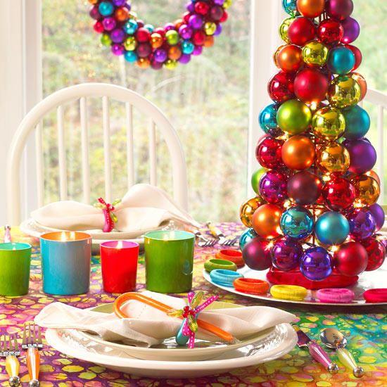 Globuri colorate decorative pentru masa de Craciun