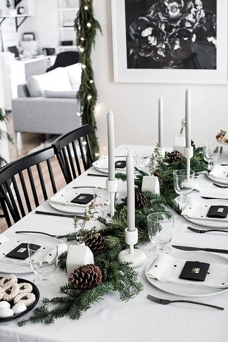 Masa de Craciun cu decor alb si accente negre