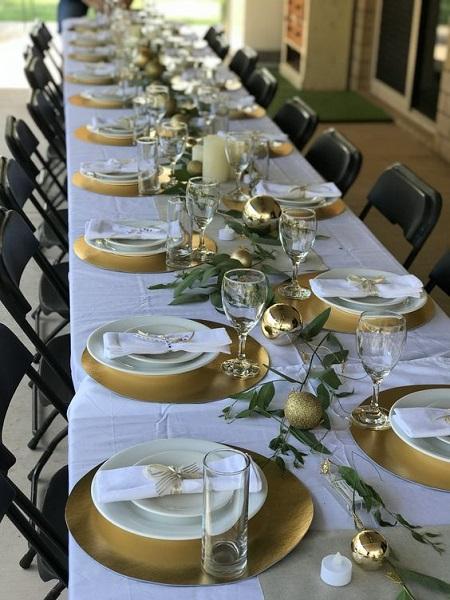 Masa eleganta cu elemente de decor aurii