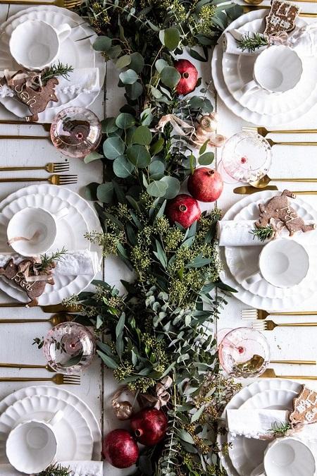 Aranajment de masa elegant cu frunze si rodii