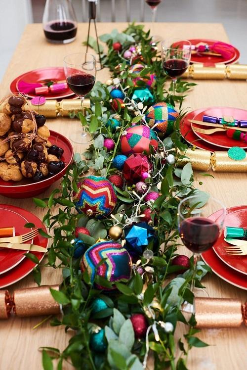 Masa festiva cu decoratiuni colorate