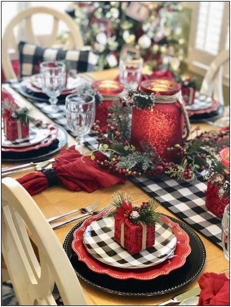 Masa de Craciun cu lumanari rosii si cadouri