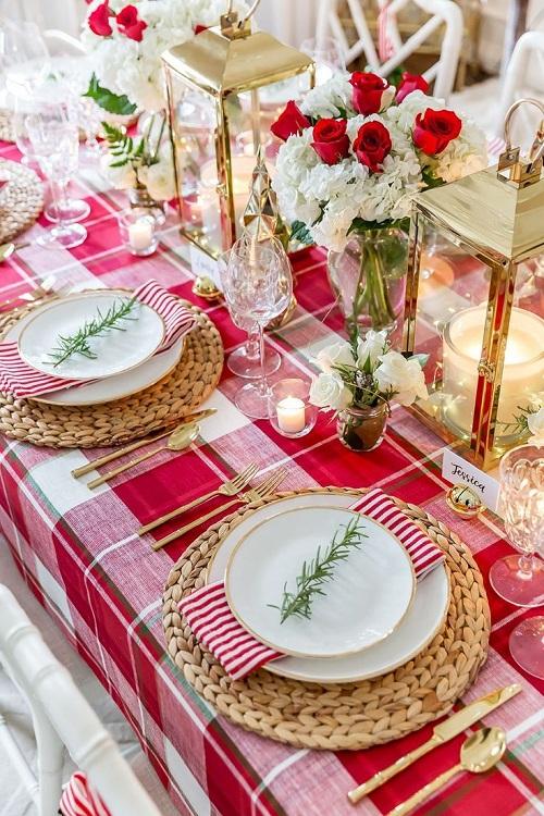 Aranjament cu fata de masa rosie si flori albe