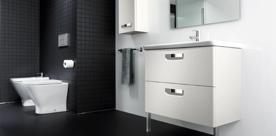 Baie in alb si negru cu vas WC si lavoar Roca The Gap