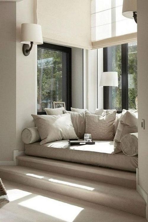 Canapea comoda la fereastra