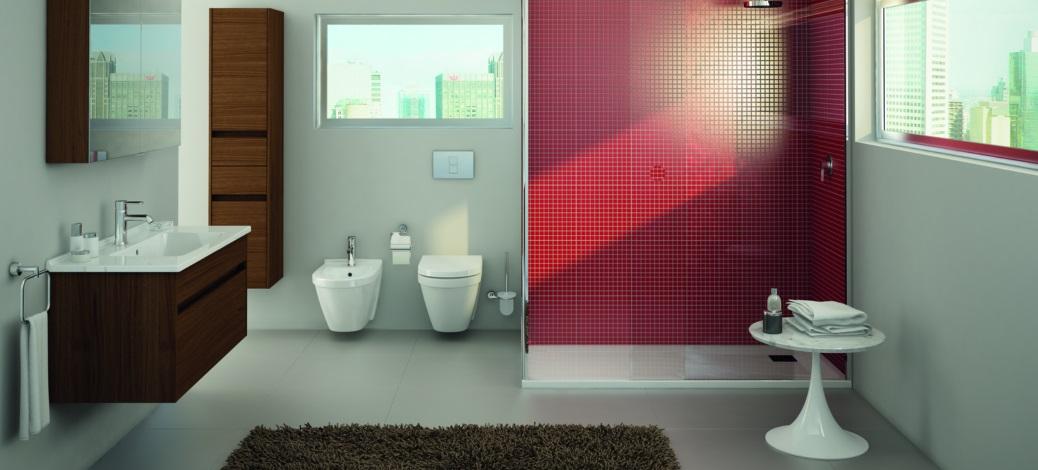 Baie moderna cu perete de accent rosu si sanitare VitrA S50+